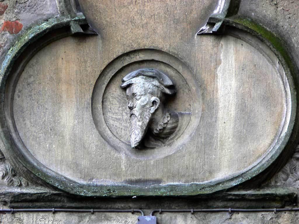 """© """"Burgen in Westfalen""""   Burg Vischering - Wappen über dem Restaurant-Eingang"""