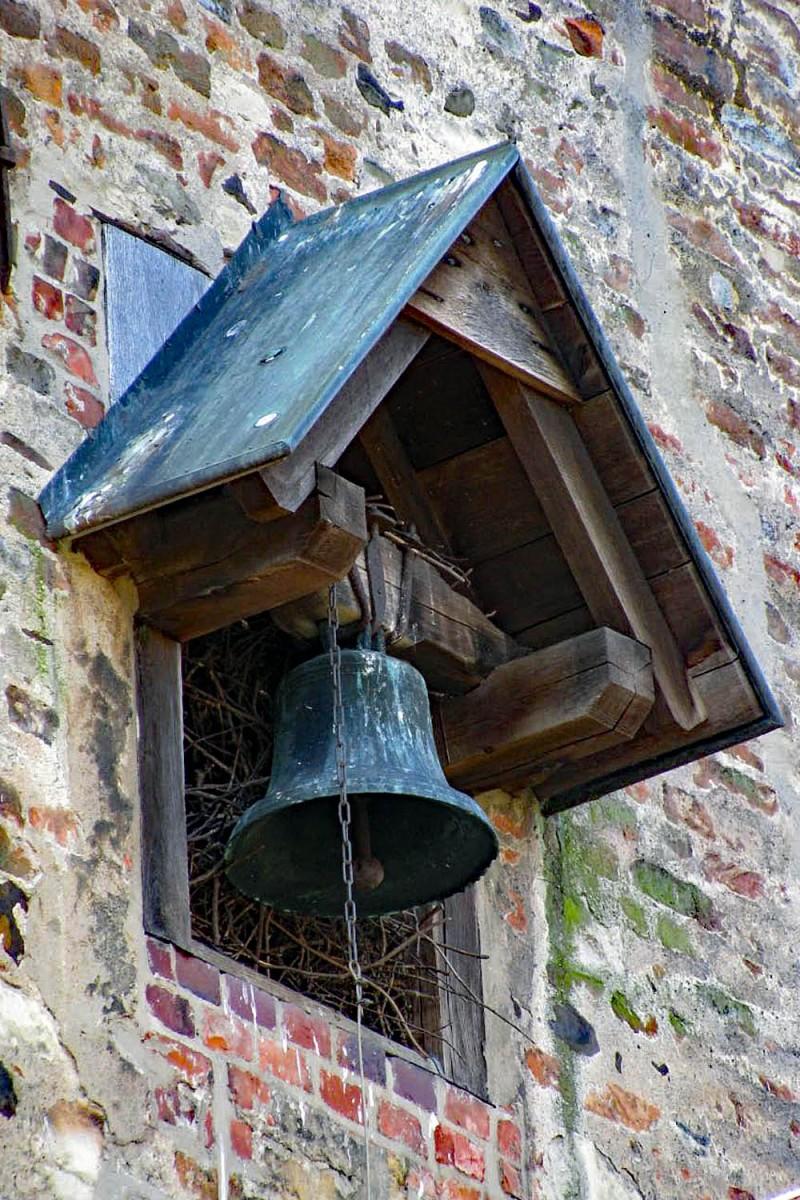 "© ""Burgen in Westfalen""   Glocke am Kapellengiebel im Innenhof"