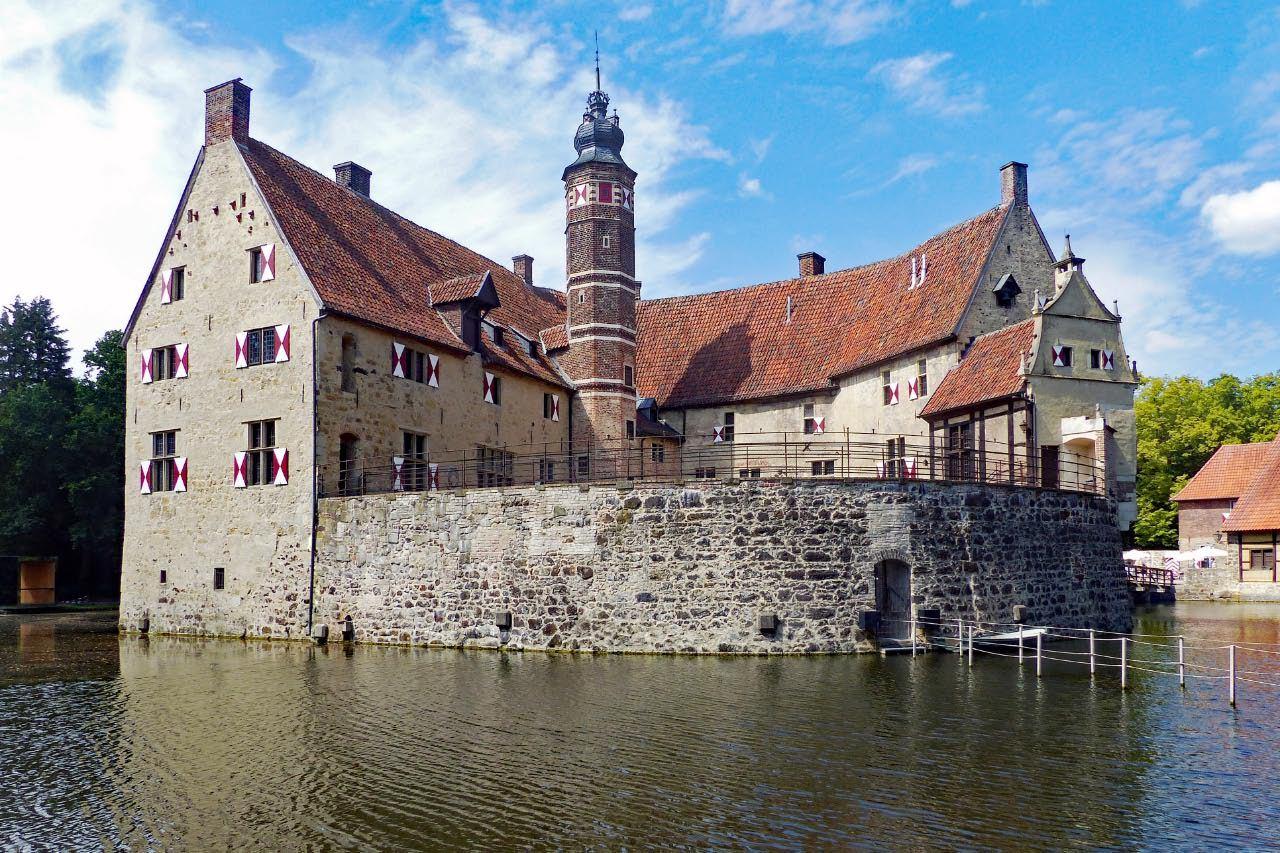 """© """"Burgen in Westfalen""""    Ansicht auf die Ringmauer und Kernburg"""