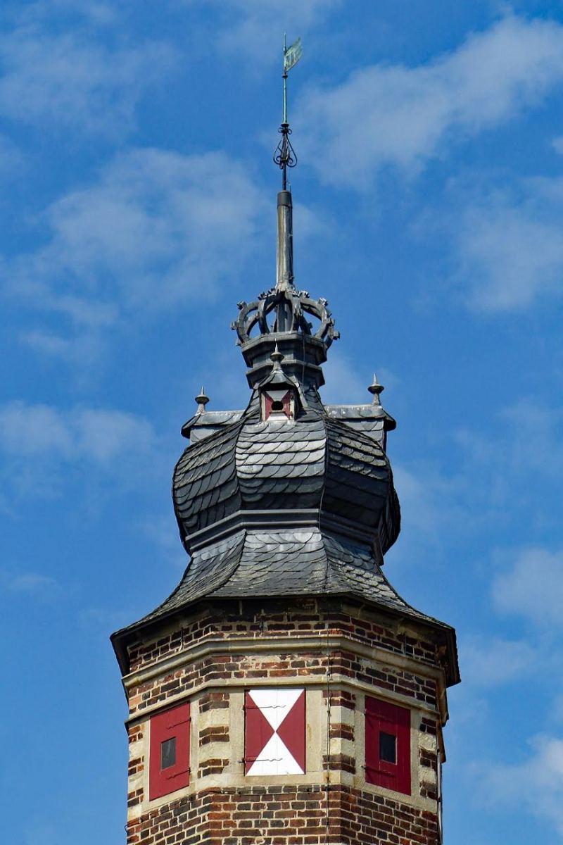 """© """"Burgen in Westfalen""""    Zwiebelturm mit Grafen-Krone und Wetterfahne"""
