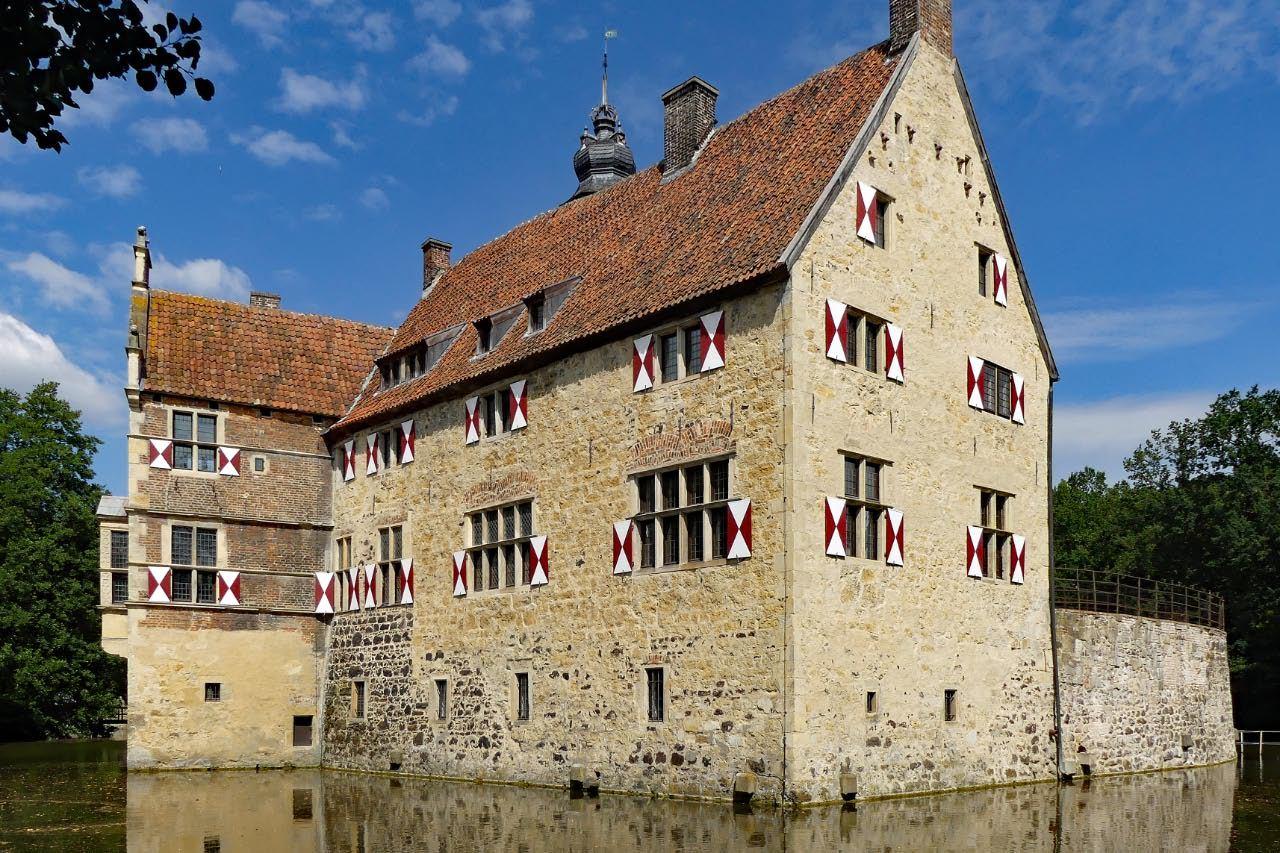 """© """"Burgen in Westfalen""""    Auslucht und Südflügel"""