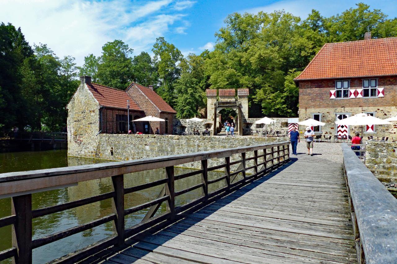 """© """"Burgen in Westfalen""""    Steg von der Vorburg zur Hauptburg"""