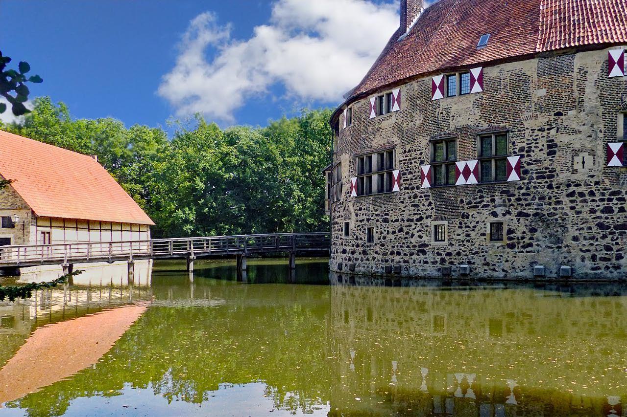 """© """"Burgen in Westfalen""""    Rechts die Kernburg und nach Links die Brücke zur Vorburg"""
