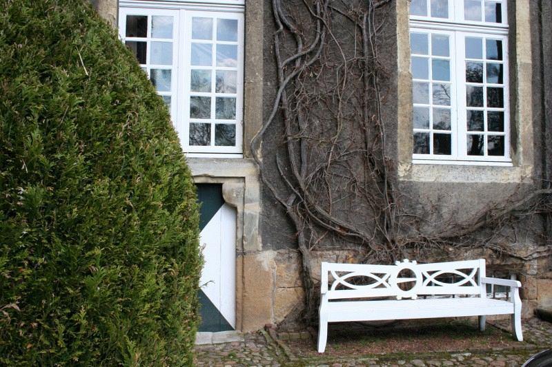 Haus Itlingen - Fassade und Bank mit von Nagel-Wappen