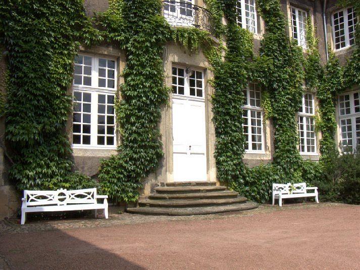 Haus Itlingen - Fassade und Bänke mit von Nagel-Wappen