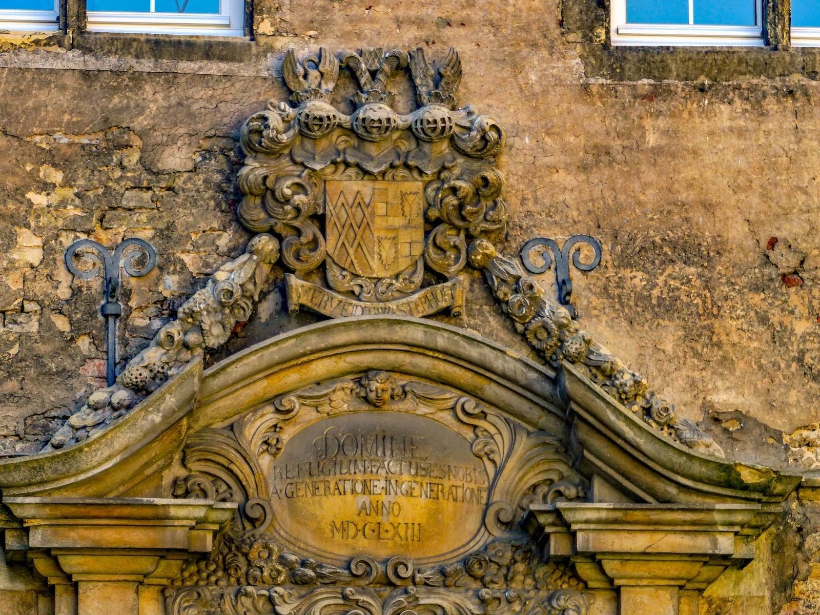 Schloss Westerwinkel | Wappen über Portal am Hauptschloss
