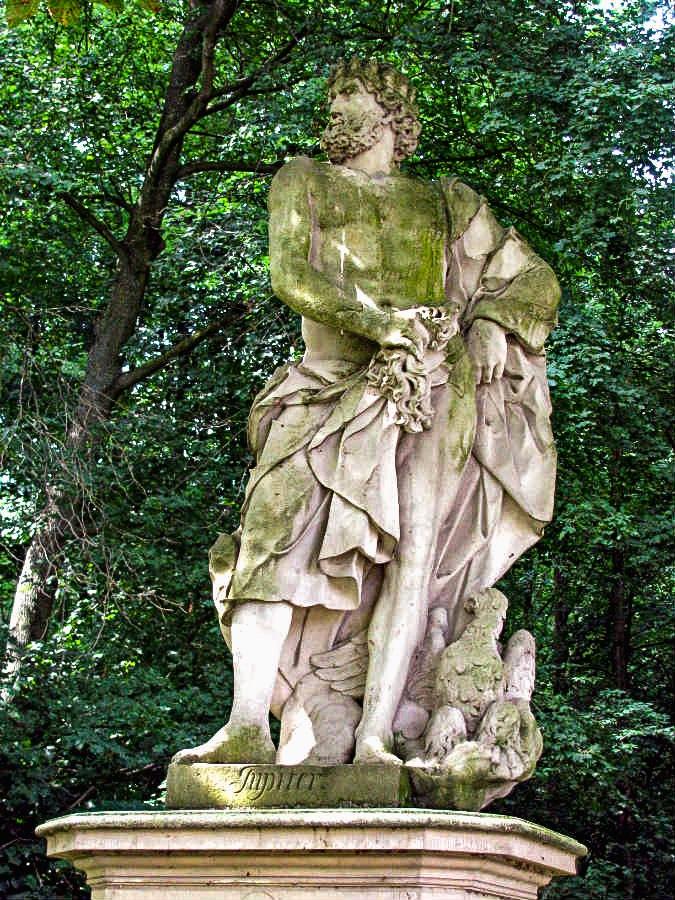 (1) Statue an der Burgallee - Jupiter