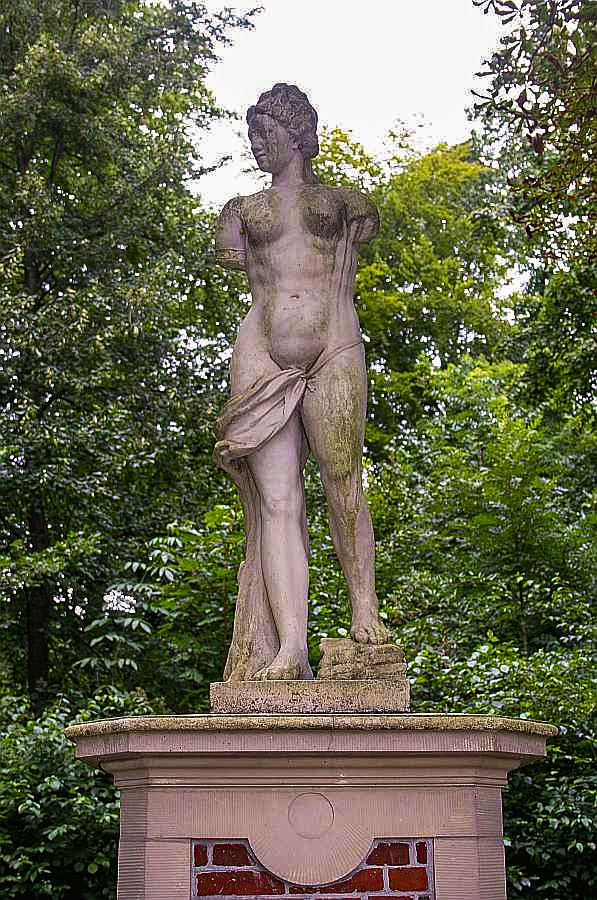 (5) Statue an der Burgallee - weibliche Figur