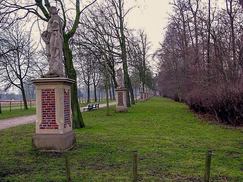 Statuen an der Burgallee