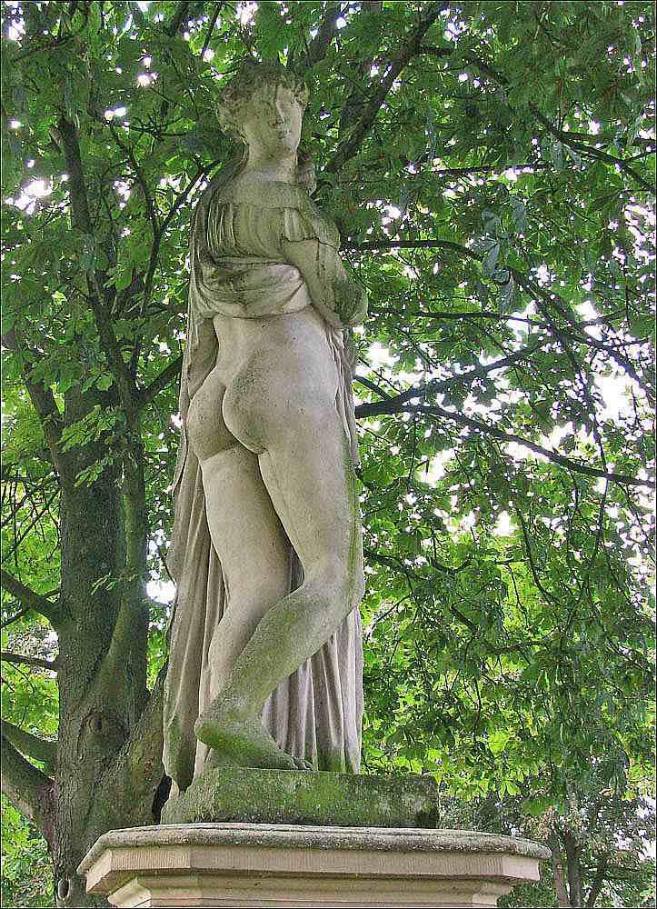 [2] Statue an der Burgallee | Akt
