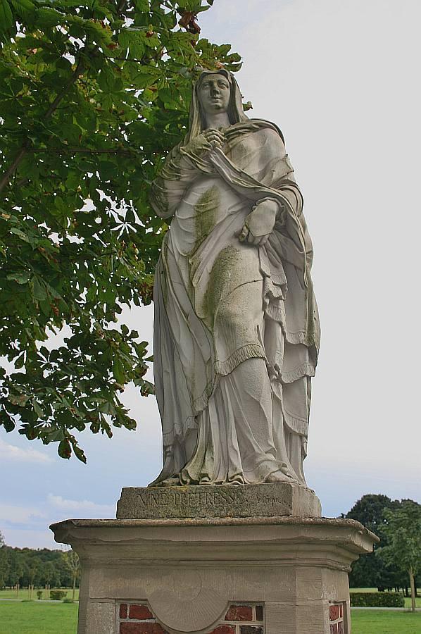 [5] Statue an der Burgallee | Pretresse