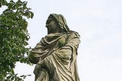 [3] Statue an der Burgallee | Vestalin