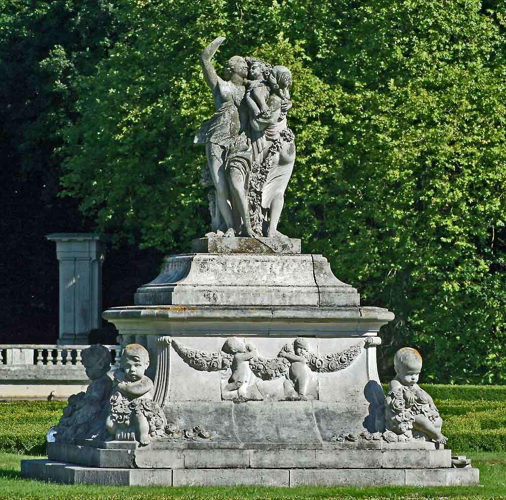 Skulptur mit Kinder in der Mitte der Venusinsel (obere Teil)