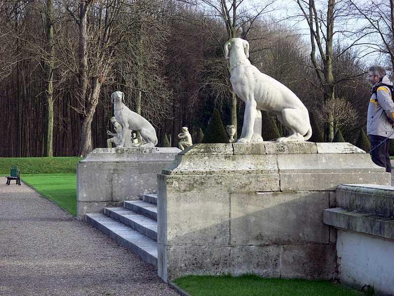 Treppe mit seitlichen Hunden