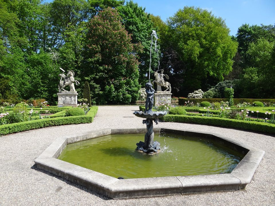 """© """"Burgen in Westfalen""""    Springbrunnen in der Gartenanlage"""