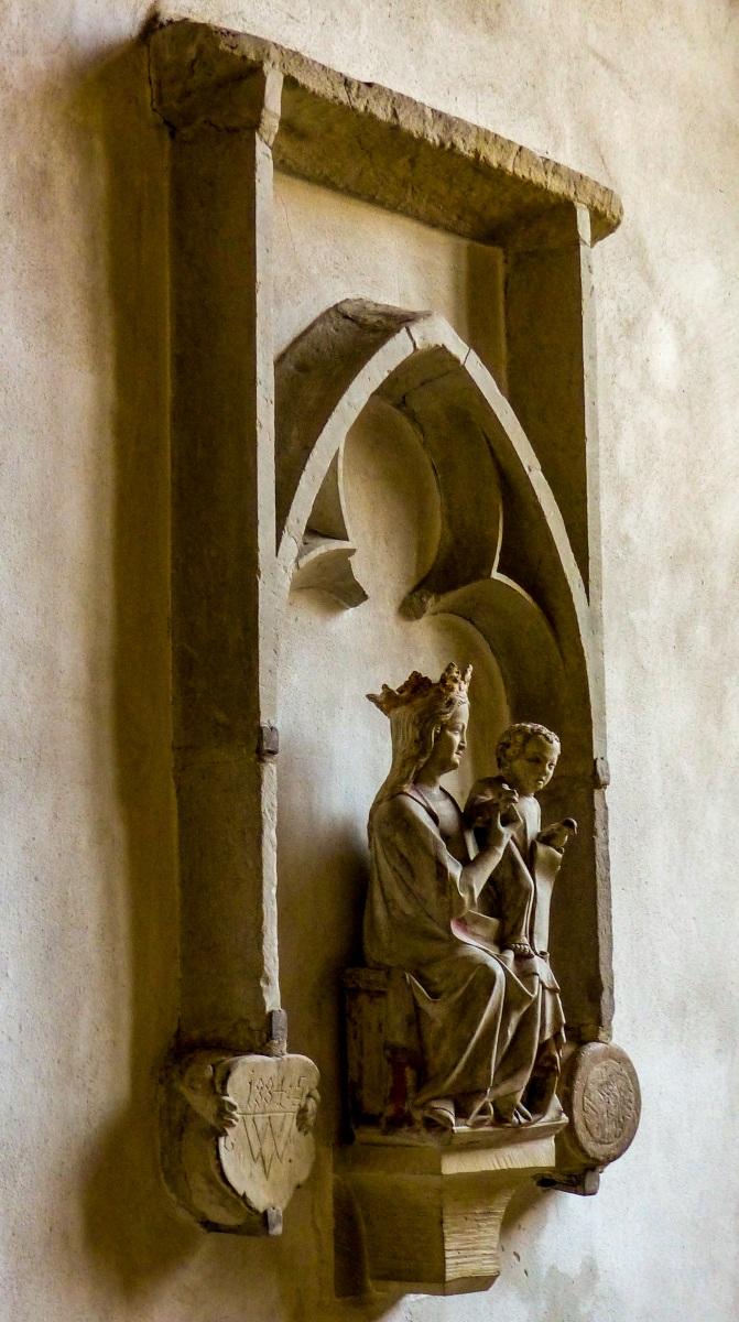 Schloss Cappenberg | Stiftskirche - Die sitzende Madonna aus Stein aus der Zeit um 1330 hält das stehende Kind mit Taube in anmutiger Geste auf dem linken Knie