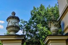 Schloss Cappenberg | Toreinfahrt mit girlandengeschmückte Vasen auf den Freipfeilern