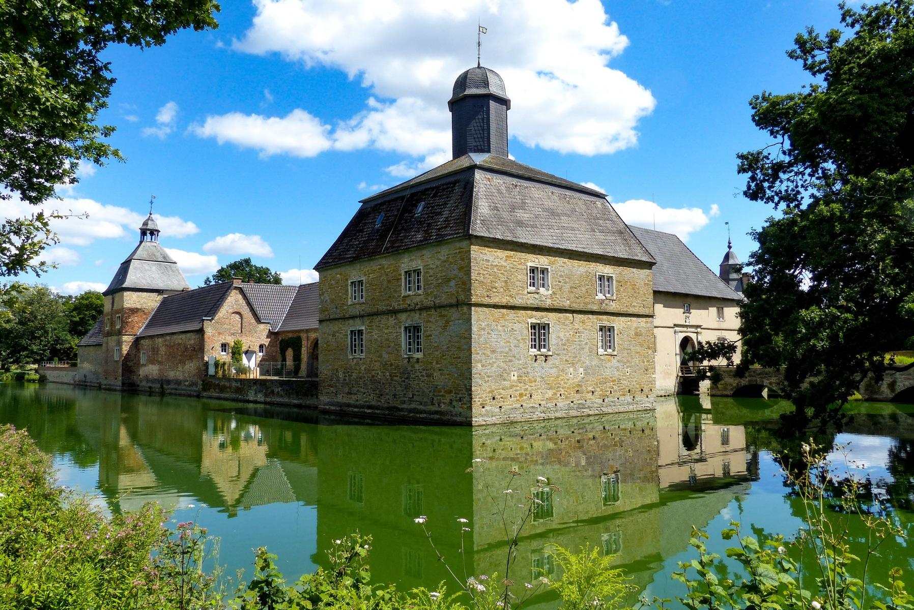 Schloss Westerwinkel   Vorburg mit Gräfte
